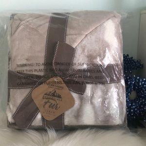 NEW💥Berkshire Fur Throw Blanket Reversible